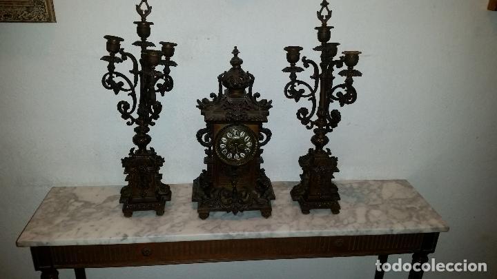 ANTIGUO RELOJ DE BRONCE CON CANDELABROS (Relojes - Sobremesa Carga Manual)