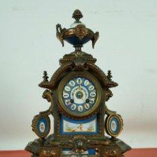 Relojes de carga manual: RELOJ JAPY. METAL DORADO. REMATES EN PORCELANA Y BASE EN MADERA. SIGLO XIX-XX. . Lote 63292476
