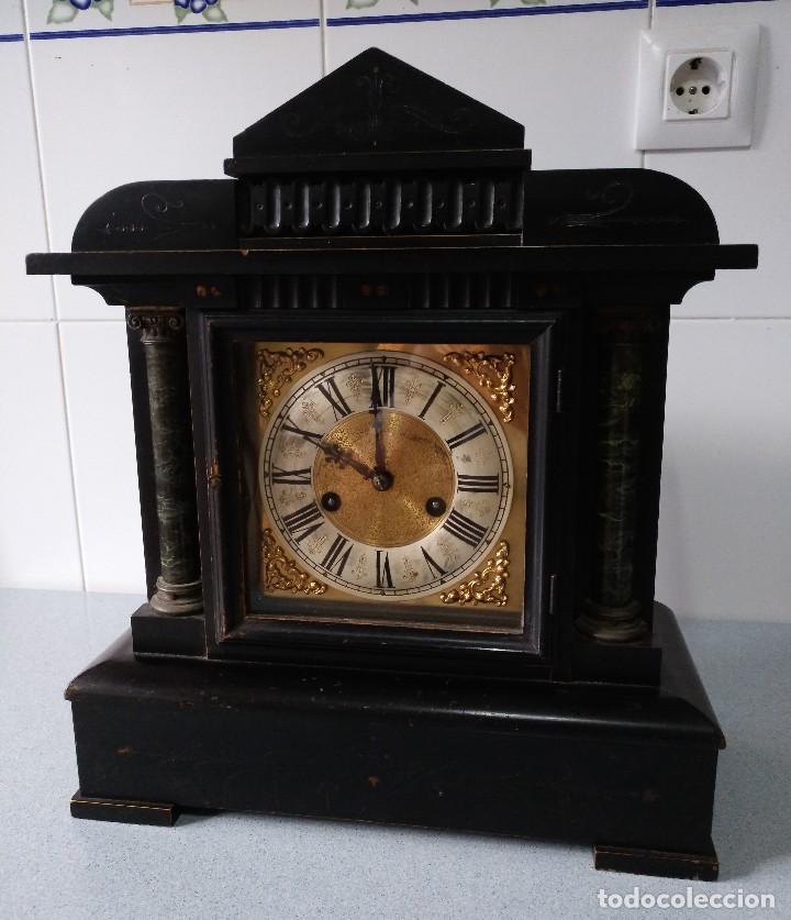 ANTIGUO RELOJ DE SOBREMESA EN MADERA DE 41X35X15 CMS FUNCIONANDO PERFECTAMENTE. (Relojes - Sobremesa Carga Manual)