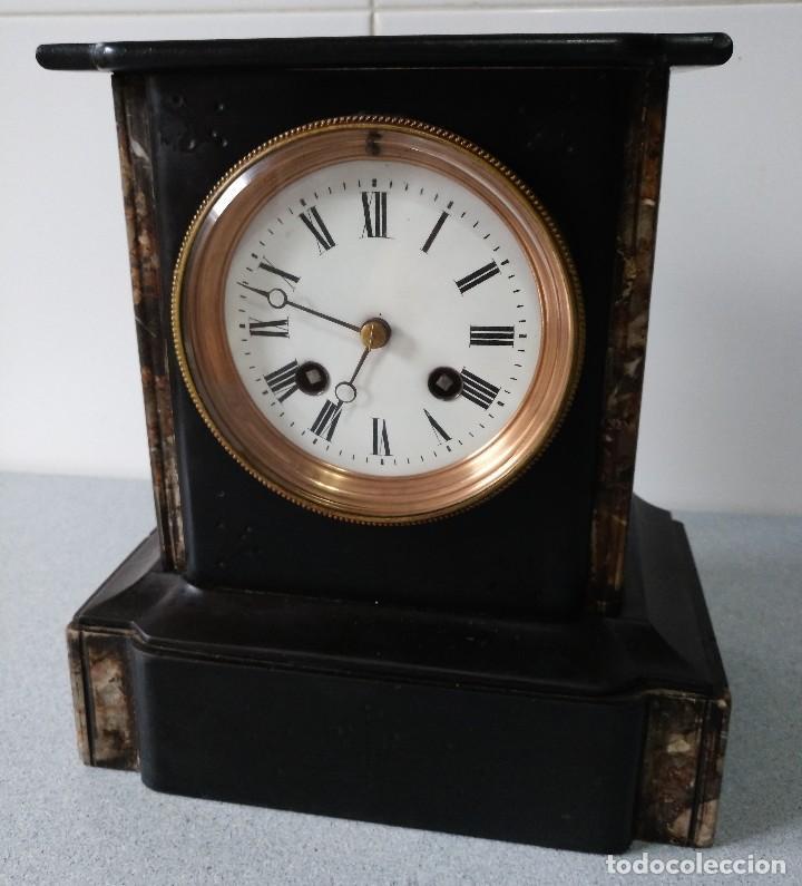 ANTIGUO RELOJ DE SOBREMESA EN MARMOL COLOR NEGRO CON DETALLES JASPEADOS DE 23X21X11 CMS (Relojes - Sobremesa Carga Manual)