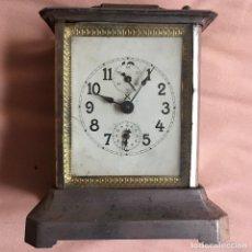 Relojes de carga manual: ANTIGUO RELOJ DE CARRUAJE CON NUMEROS GRUESOS DOS ESFERAS DORADO PLATEADO / VER FOTOS. Lote 67992257