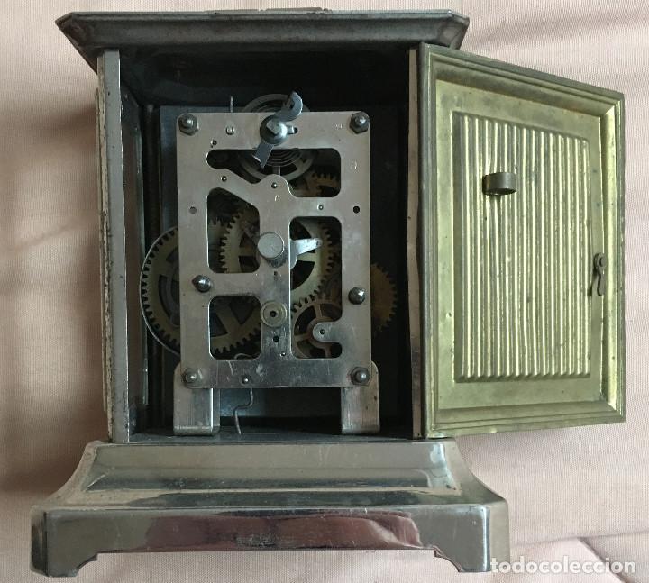 Relojes de carga manual: ANTIGUO RELOJ DE CARRUAJE O DILIGENCIA CON ASA, NUMEROS ARABIGOS Y DOS ESFERAS METAL DORADO PLATEADO - Foto 2 - 67992277