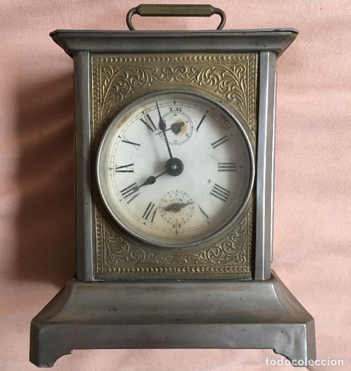 ANTIGUO RELOJ DE CARRUAJE CON NUMEROS ROMANOS Y DOS ESFERAS DORADO PLATEADO / VER FOTOS (Relojes - Sobremesa Carga Manual)