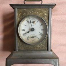 Relojes de carga manual: ANTIGUO RELOJ DE CARRUAJE CON NUMEROS ROMANOS Y DOS ESFERAS DORADO PLATEADO / VER FOTOS. Lote 67992301