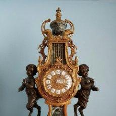 Relojes de carga manual: ANTIGUO RELOJ DE SOBREMESA EN BRONCE Y MÁRMOL VERDE INDIO CLARO CON SÁTIROS, FINALES DEL SIGLO XIX .. Lote 68520261