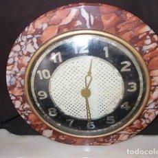 Relojes de carga manual: RELOJ ART DECÓ AÑOS 30 DE CUERDA MANUAL Y PRECIOSAS DECORACIONES EN BRONCE. Lote 69600897