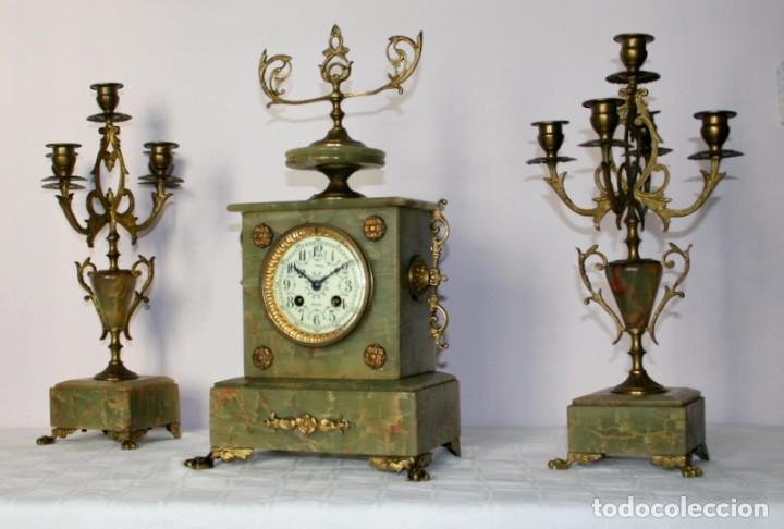 ANTIGUO RELOJ FRANCÉS CON CANDELABROS DE ONIX. (Relojes - Sobremesa Carga Manual)