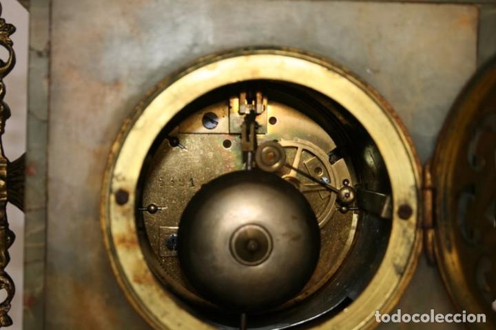 Relojes de carga manual: Antiguo reloj francés con candelabros de onix. - Foto 9 - 69696545