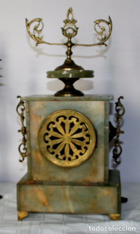 Relojes de carga manual: Antiguo reloj francés con candelabros de onix. - Foto 10 - 69696545
