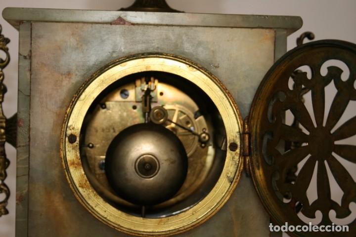 Relojes de carga manual: Antiguo reloj francés con candelabros de onix. - Foto 12 - 69696545