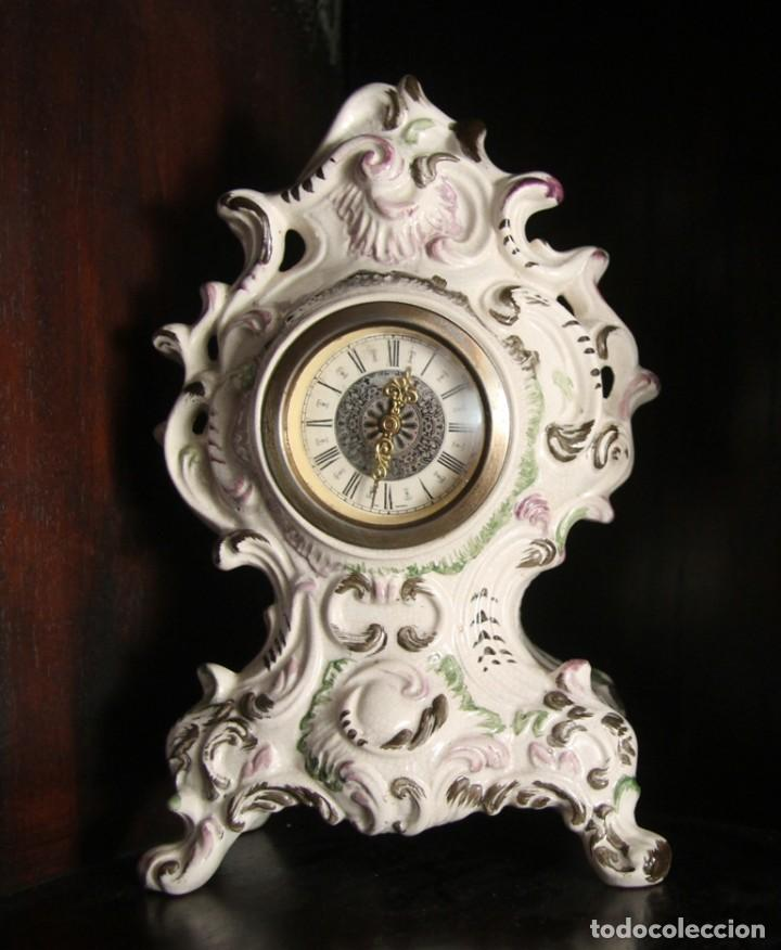 MAGNIFICO RELOJ DE SOBREMESA EN FINA PORCELANA DE BASSANO ITALIA FIRMADO Y NUMERADA EN LA BASE (Relojes - Sobremesa Carga Manual)