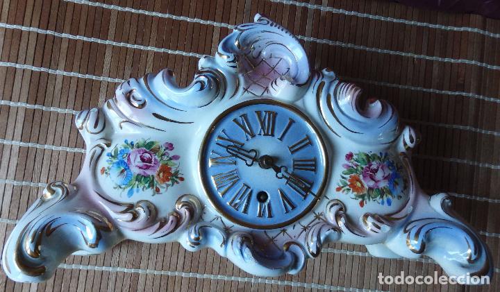 RELOJ DE PORCELANA DE SOBREMESA AÑOS 40 CON DESCORCHONES (Relojes - Sobremesa Carga Manual)