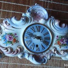 Relojes de carga manual: RELOJ DE PORCELANA DE SOBREMESA AÑOS 40 CON DESCORCHONES. Lote 73621363