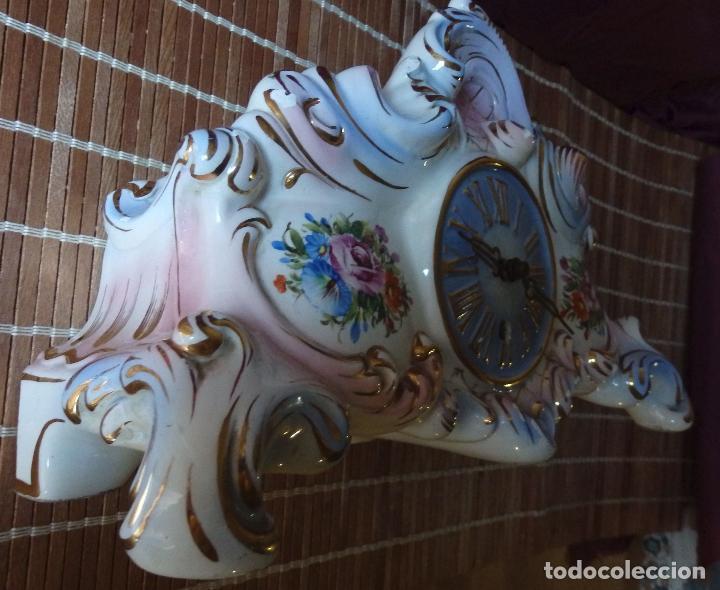 Relojes de carga manual: RELOJ DE PORCELANA DE SOBREMESA AÑOS 40 CON DESCORCHONES - Foto 3 - 73621363