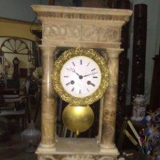 Relojes de carga manual: RELOJ DE ALABASTRO Y BRONCE DEL PRIMER TERCIO DEL SIGLO XIX. Lote 74408415
