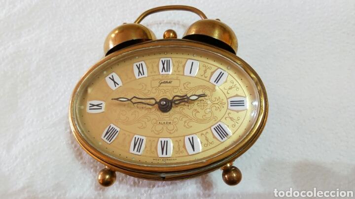 ANTIGUO RELOJ DESPERTADOR DORADO DE SOBREMESA CON ALARMA ALEMÁN MARCA GOLDBUHL. SOBRE 1950. FUNCIONA (Relojes - Sobremesa Carga Manual)