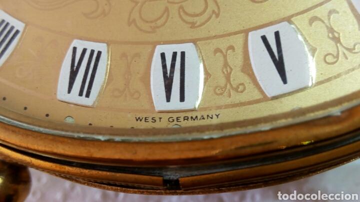 Relojes de carga manual: Antiguo reloj despertador dorado de sobremesa con alarma alemán marca Goldbuhl. Sobre 1950. Funciona - Foto 3 - 75123431