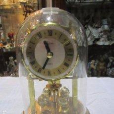 Relojes de carga manual: RELOJ DE SOBREMESA, CUARZO, CON PÉNDULO DE BOLAS Y HORNACINA DE CRISTAL. 18 CMS. ALTURA X 11,5 DIÁME. Lote 222677816