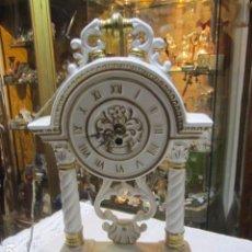 Relojes de carga manual: RELOJ DE PÓRTICO EN PORCELANA. FUNCIONANDO. 23 X 38 CMS. ALTURA.. Lote 76942969