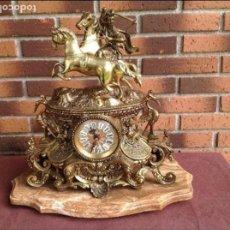 Relojes de carga manual: RELOJ DE SOBREMESA BRONCE DORADO SOBRE PEANA DE MÁRMOL. Lote 77592993