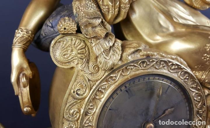 Relojes de carga manual: RELOJ DE SOBREMESA EN BRONCE DORADO. ESTILO IMPERIO. EL RELOJ FUNCIONA. SIGLO XIX. - Foto 3 - 77693493