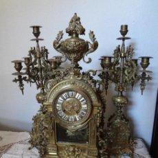 Relojes de carga manual: RELOJ DE SOBREMESA CON CANDELABROS. Lote 82389202