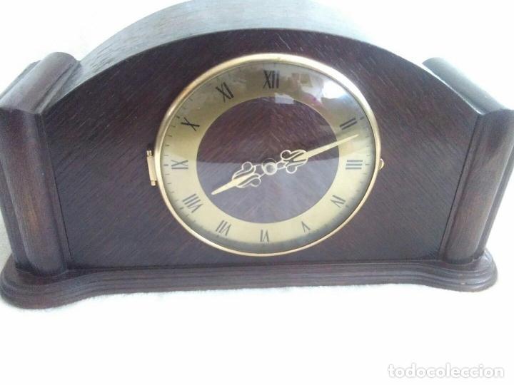 ANTIGUO RELOJ DE CHIMENEA CON UN GRAN CAJA DE MADERA FABRICADO EN HOLANDA (Relojes - Sobremesa Carga Manual)