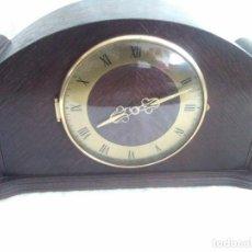 Relojes de carga manual: ANTIGUO RELOJ DE CHIMENEA CON UN GRAN CAJA DE MADERA FABRICADO EN HOLANDA. Lote 87118608