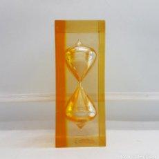 Relojes de carga manual: RELOJ DE ARENA ANTIGUO DE METACRILATO EN TONOS ÁMBAR .. Lote 87583364