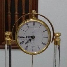 Relojes de carga manual: ELEGANTE RELOJ SOBREMESA, METAL CHAPADO EN ORO, CON BASE Y COLUMNAS EN METACRILATO. SIN ESTRENAR.. Lote 90783795