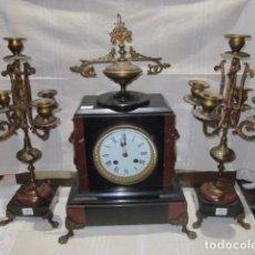 Kaminuhren - Reloj de sobremesa con guarnición. Mármol y bronce. 23,5 x 14 x 42 cms. altura. Funcionando. - 92004175