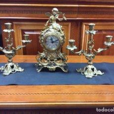 Relojes de carga manual: RELOJ DE BRONCE SIGLO XX CON CANDELABROS DE 3 VELAS. Lote 93247022