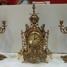 Relojes de carga manual: RELOJ DE SOBREMESA Y DOS CANDELABROS. Lote 96021872