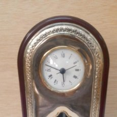 Relojes de carga manual: RELOJ DE SOBREMESA DE MADERA Y PLATA, FUNCIONA. Lote 96239731