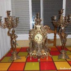 Relojes de carga manual: GRAN RELOJ DE BRONCE(MECANISMO MECÁNICO)Y JUEGO DE CANDELABROS DE BRONCE.AMBOS DE GRAN TAMAÑO Y PESO. Lote 96942247