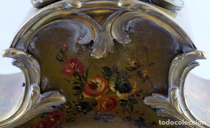 Relojes de carga manual: ANTIGUO RELOJ ROCOCO FRANCES. MADERA PINTADA A MANO Y BRONCE DORADO. SIGLO XIX. - Foto 9 - 99737691