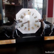 Relojes de carga manual: RELOJ DE SOBREMESA DE MARMOL BELGA CON CANES DE BRONCE.. Lote 103890167
