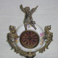 Relojes de carga manual: ANTIGUO RELOJ GLOBO FRANCES SOBREMESA PORCELANA Y METAL. FUNCIONANDO. 44 X 26,5 X 16. SIGLO XIX. Lote 104629039