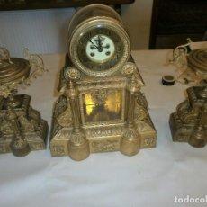 Relojes de carga manual: RELOJ DE BRONCE MÁQUINA PARIS, CON PÉNDULO Y LLAVE + GUARNICIÓN (2 COPAS) ESCAPE VISTO. Lote 105007595