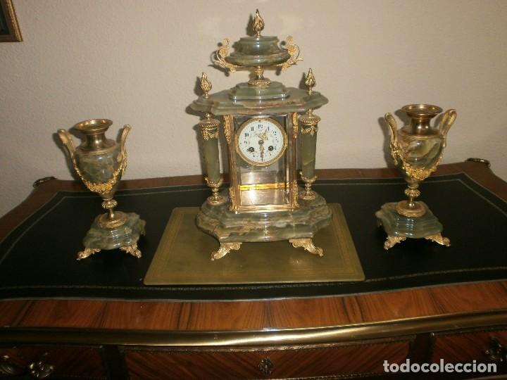 PRECIOSO RELOJ DE ONIX Y BRONCE PARISINO: L CHARVET AINE LYON + GUARNICIÓN (2 COPAS) (Relojes - Sobremesa Carga Manual)