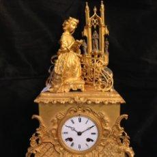 Relojes de carga manual: RELOJ DE SOBREMESA DORADO DEL SIGLO XIX. Lote 108437148