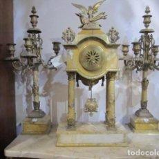 Relojes de carga manual: RELOJ 4 COLUMNAS BRONCE, CALAMINA Y MÁRMOL CON GUARNICIÓN CANDELABROS 5 VELAS FUNCIONANDO. Lote 108895591