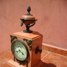 Relojes de carga manual: RELOJ DE SOBREMESA EN MÁRMOL ROSA Y BRONCE SIGLO XIX FUNCIONANDO. Lote 110128731