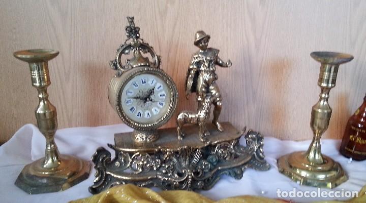 RELOJ DE SOBRE-MESA EN BRONCE + PAREJA DE CANDELABROS A JUEGO (Relojes - Sobremesa Carga Manual)