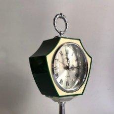 Relojes de carga manual: RELOJ RHYTHM MECANICO ESTETICA HIBRIDA ESPACIAL DE COLOR VERDE INGLES SOBRE PEDESTAL CROMADO AÑOS 60. Lote 111056547