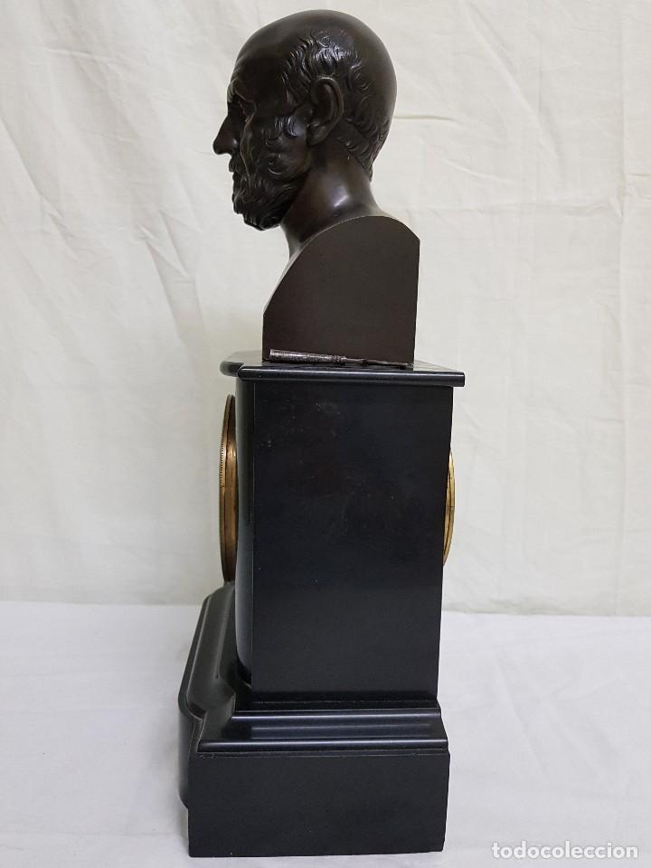 Relojes de carga manual: Reloj con peana de mármol y estatua de Hipócrates en bronce. Siglo XIX - Foto 2 - 111543371