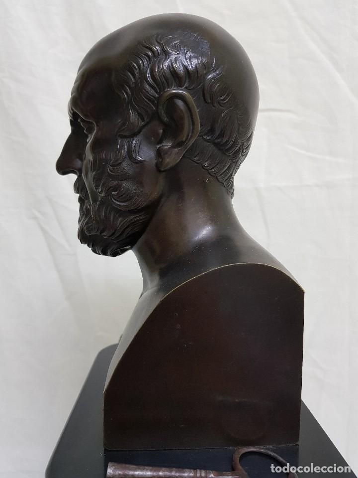 Relojes de carga manual: Reloj con peana de mármol y estatua de Hipócrates en bronce. Siglo XIX - Foto 7 - 111543371