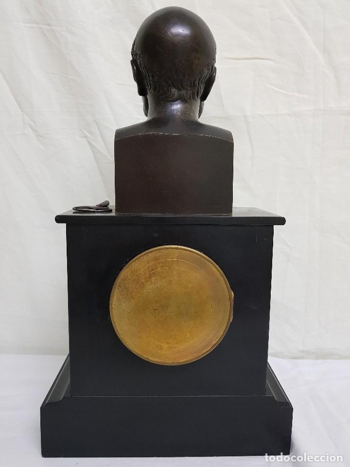 Relojes de carga manual: Reloj con peana de mármol y estatua de Hipócrates en bronce. Siglo XIX - Foto 3 - 111543371
