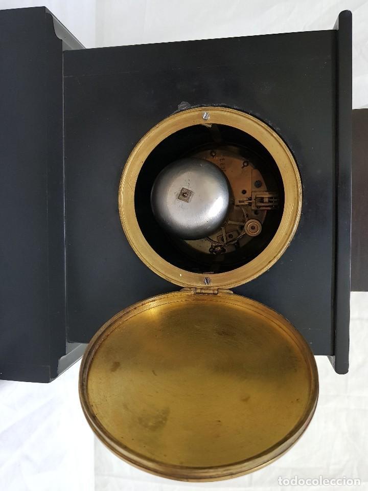 Relojes de carga manual: Reloj con peana de mármol y estatua de Hipócrates en bronce. Siglo XIX - Foto 5 - 111543371