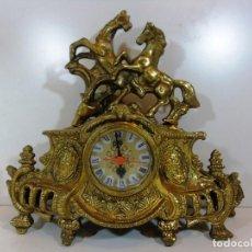 Relojes de carga manual: ANTIGUO RELOJ EN BRONCE CON MAGNIFICA DECORACION DE CABALLOS. Lote 111674111